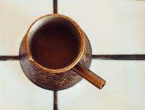 Turka con caffè sulla stufa di gas Fotografia Stock