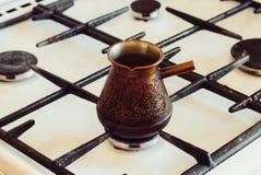 Turka con caffè sulla stufa di gas Immagini Stock Libere da Diritti