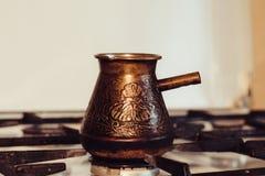 Turka con caffè sulla stufa di gas Immagine Stock Libera da Diritti