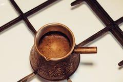 Turka con caffè sulla stufa di gas Immagine Stock