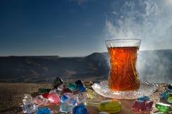 TurkAzerbajdzjan te i traditionell utomhus- naturbakgrund för glasse och för kruka med solljus och rök Östligt tebegrepp Armud arkivbild