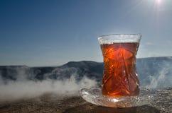 TurkAzerbajdzjan te i traditionell utomhus- naturbakgrund för glasse och för kruka med solljus och rök Östligt tebegrepp Armud royaltyfri fotografi