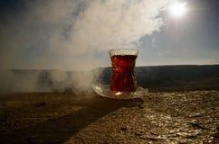 TurkAzerbajdzjan te i traditionell utomhus- naturbakgrund för glasse och för kruka med solljus och rök Östligt tebegrepp Armud royaltyfri foto