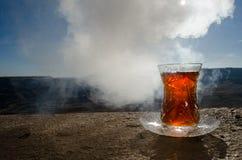 TurkAzerbajdzjan te i traditionell utomhus- naturbakgrund för glasse och för kruka med solljus och rök Östligt tebegrepp Armud arkivfoton