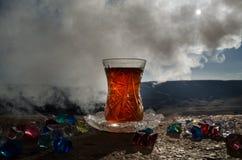 TurkAzerbajdzjan te i traditionell utomhus- naturbakgrund för glasse och för kruka med solljus och rök Östligt tebegrepp Armud royaltyfri bild