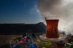 TurkAzerbajdzjan te i traditionell utomhus- naturbakgrund för glasse och för kruka med solljus och rök Östligt tebegrepp Armud arkivbilder