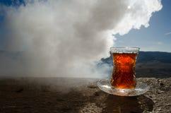 TurkAzerbajdzjan te i traditionell utomhus- naturbakgrund för glasse och för kruka med solljus och rök Östligt tebegrepp Armud arkivfoto