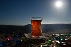 TurkAzerbajdzjan te i traditionell utomhus- naturbakgrund för glasse och för kruka med solljus och rök Östligt tebegrepp Armud fotografering för bildbyråer