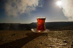 TurkAzerbajdzjan te i traditionell utomhus- naturbakgrund för glasse och för kruka med solljus och rök Östligt tebegrepp Armud royaltyfria foton