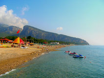Turken seglar utmed kusten Arkivbild