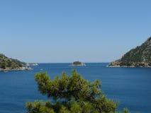 Turken seglar utmed kusten royaltyfri bild