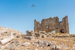 TURKEY-APRIL 28, 2016 - helikoptern turnerar över basilika av Aspendo Royaltyfria Bilder