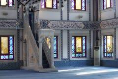 TURKIET ALANYA - NOVEMBER 10, 2013: Inre och minbar i en Kuyularonu moské i Alanya Royaltyfri Bild