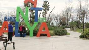 Turkiet Antalya, mars 2016, mannen fotograferar ett gift par på en smartphone lager videofilmer