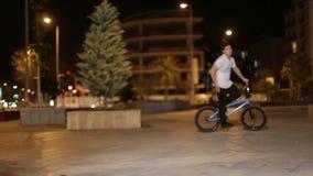 Turkiet Antalya, ung pojke för mars som 2016 A gör jippon på sportcykeln BMX arkivfilmer