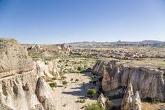 Turkiet Cappadocia Dal i närheten Cavusin med snidit in i vaggahusen - grottor Arkivbilder