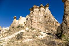 Turkiet Cappadocia Pittoreska klippor med grottor inom dem runt om Cavusin Arkivfoto