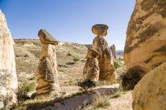 Turkiet Cappadocia Stenen plocka svamp (pelare av att rida ut, buttes) runt om Cavusin Arkivbilder