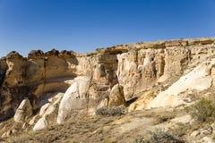 Turkiet Cappadocia Vaggar runt om Cavusin med sned grottor i dem Arkivfoto