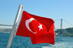 Turkiet flagga i Bosphorus Arkivfoto