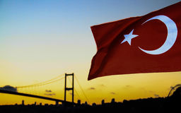 Turkiet flagga och Bosforo&en x27; s-bro Arkivbild