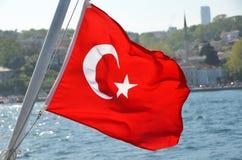 Turkiet flagga på bosphorusen Royaltyfri Foto