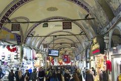 TURKIET ISTANBUL - NOVEMBER 2016: Folkfolkmassan och shoppar på Royaltyfria Foton