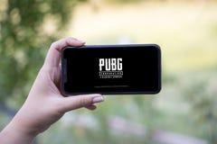 Turkiet Istanbul - September 15 2018: Händer på erfarenhet på den Pugb leken Granska Pugb den modiga applikationen royaltyfria bilder
