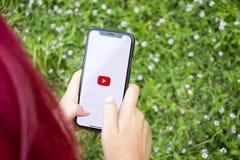 Turkiet Istanbul - September 15 2018: Händer på erfarenhet på Youtube Granska den Youtube applikationen Uppvisning av Youtube på  royaltyfri bild