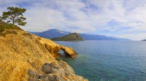 Turkiet Oludeniz, havet, kusten, båge och sörjer Royaltyfri Fotografi