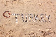 Turkiet ord som är skriftligt med kiselstenar på strandsanden Arkivfoto