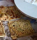 Turkiet tandırugn och att baka bröd och pajen i tandırugn Royaltyfria Bilder