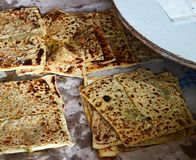 Turkiet tandırugn och att baka bröd och pajen i tandırugn Arkivfoton