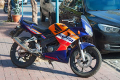 TURKIJE, ALANYA - 10 NOVEMBER, 2013: Sportbike Honda in de officiële kleuren van Repsol Honda van het fabrieksteam Stock Afbeeldingen