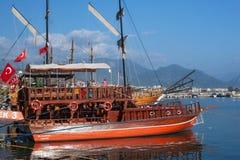 TURKIJE, ALANYA - 10 NOVEMBER, 2013: Vakantiegangerstoeristen op een klein houten schip Stock Fotografie