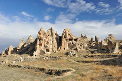 Turkije. Cappadocia. Rotsachtige vormingen en holstad royalty-vrije stock foto's