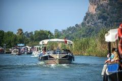 TURKIJE, DALYAN, MUGLA - 19 JULI, 2014: Het toeristische verstand van Rivierboten Royalty-vrije Stock Afbeeldingen