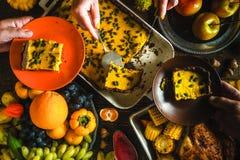 Turkije, de pastei van de chocoladepompoen, groenten en vruchten in een feestelijk feest stock foto's
