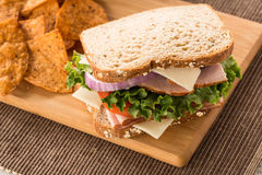 Turkije Ham Swiss Cheese Sandwich Lunch met Spaanders Stock Fotografie