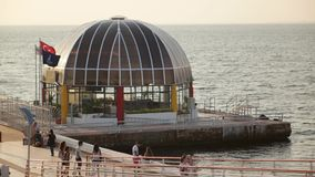 TURKIJE - IZMIR, TURKIJE - JULI 2015: De post van de Goztepeveerboot van brug stock footage