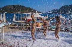 Turkije Marmaris De zomer van 2015 Meisjes bij een strandpartij in zeepbels stock afbeeldingen
