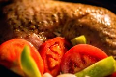 Turkije met groenten binnen tijdens het koken wordt versierd die Royalty-vrije Stock Afbeeldingen