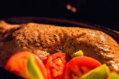 Turkije met groenten binnen tijdens het koken wordt versierd die Royalty-vrije Stock Foto