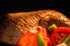 Turkije met groenten binnen tijdens het koken wordt versierd die Stock Afbeelding