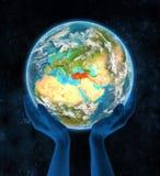 Turkije op aarde in handen Stock Afbeeldingen