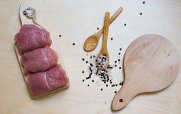 Turkije op houten achtergrond met specerij en twee houten lepels royalty-vrije stock fotografie