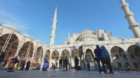Turkije, Sultanahmet, 2019, een groot aantal toeristengang rond het vierkant, neemt beelden en onderzoekt de plaats stock footage