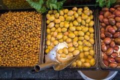 Turkish вводят подготовленные оливки в моду в рынке Стоковое Изображение RF