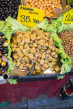 Turkish вводят подготовленные оливки в моду в рынке Стоковые Изображения RF