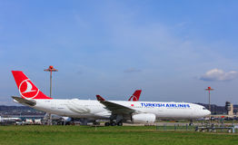 Turkish Airlines Airbus A330-300 dans l'aéroport de Zurich Photos libres de droits